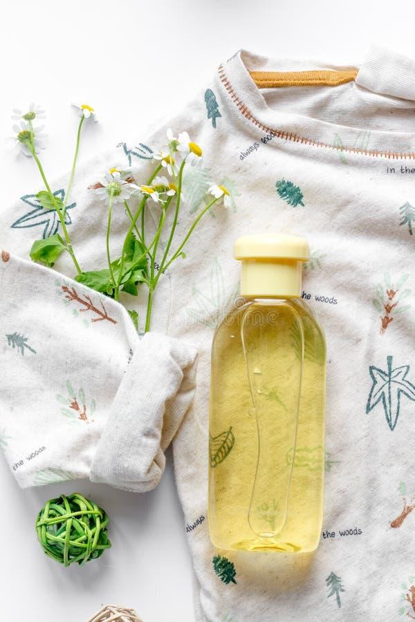 Cosmetici organici naturali per il bambino sulla vista superiore del fondo bianco fotografie stock