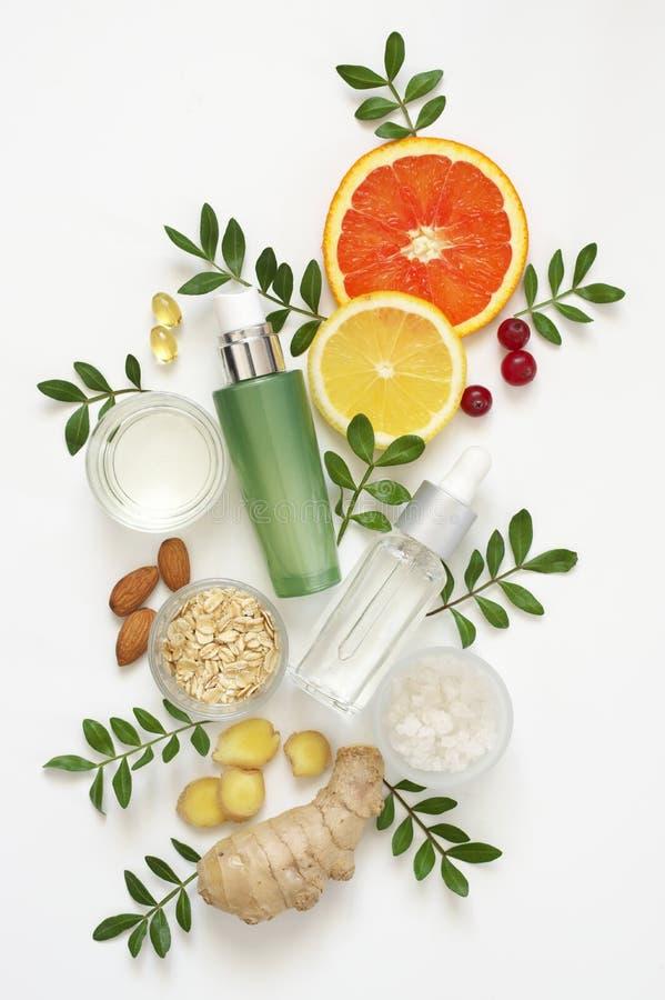 Cosmetici organici naturali su bianco fotografie stock