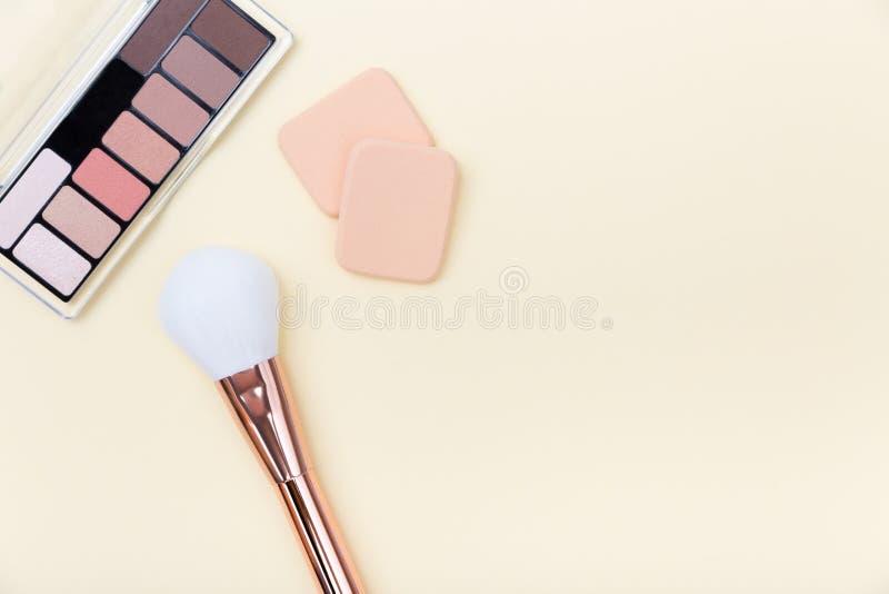 Cosmetici, prodotti di bellezza e spazzole decorativi su fondo rosa-chiaro fotografia stock libera da diritti