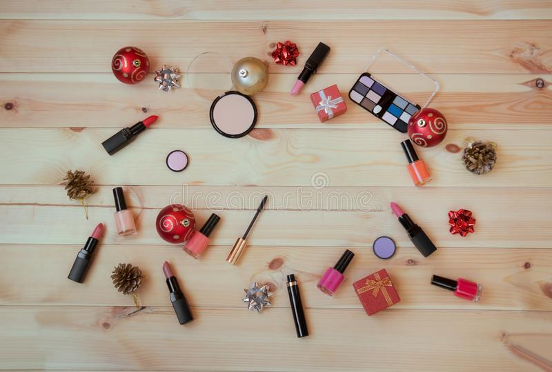 Cosmetici, smalti, decorazioni di natale e regali decorativi immagini stock