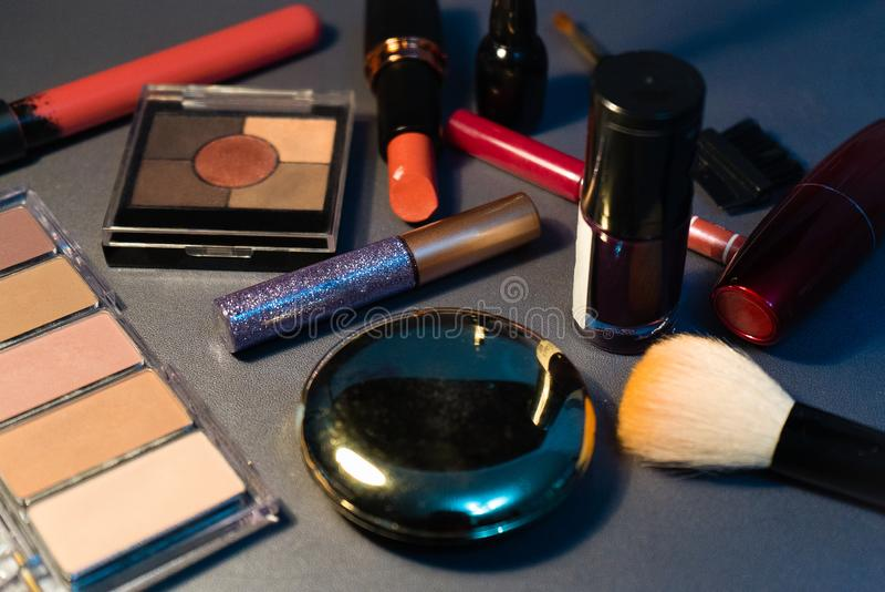 Cosmetici su fondo grigio, primo piano, donna, modo immagine stock libera da diritti