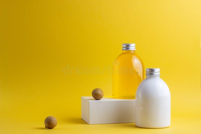 Cosmetici su un fondo giallo minimalism Skincare fotografia stock
