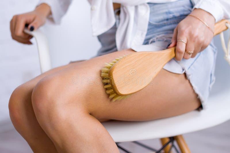 Cosmetología, preparación, productos cosméticos del balneario, belleza y concepto del bikini la mujer del primer en blanco hace l imágenes de archivo libres de regalías