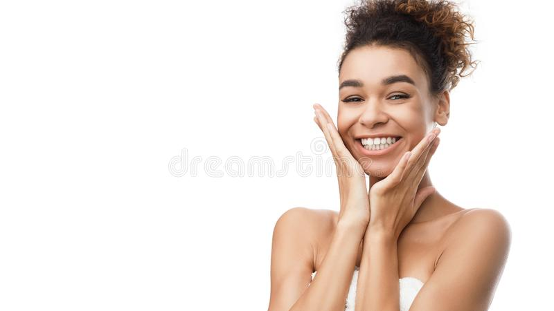 Cosmetología y BALNEARIO Muchacha con la piel limpia imagen de archivo