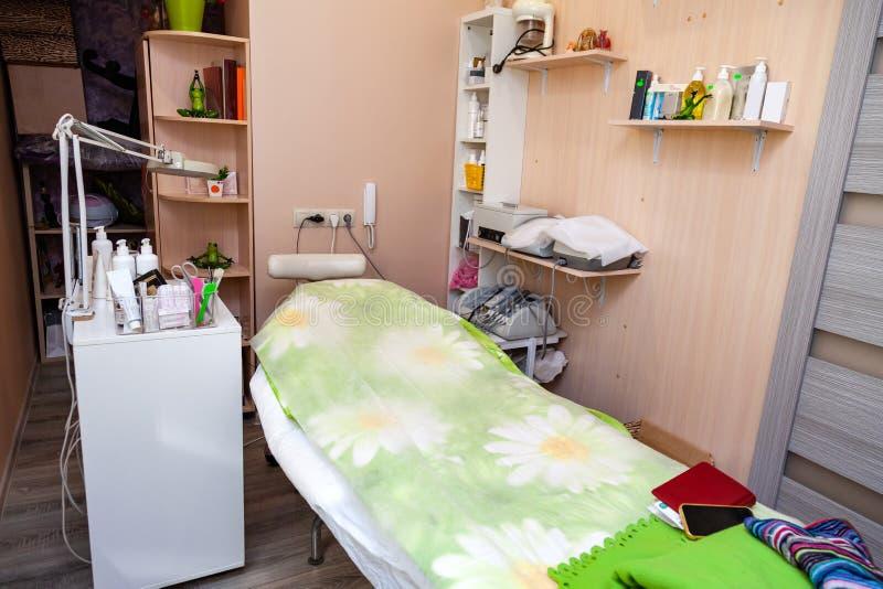 Cosmetologia del Governo con uno strato per il massaggio, una lampada rotonda, un dispositivo per il dorsonvalizatsiya Cura di pe immagine stock