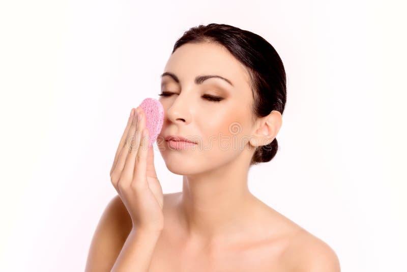 Cosmetologia e TERMAS Mulher para limpar própria cara fotografia de stock