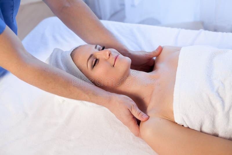Cosmetologist доктора делая лицевой курорт девушки массажа стоковые фотографии rf