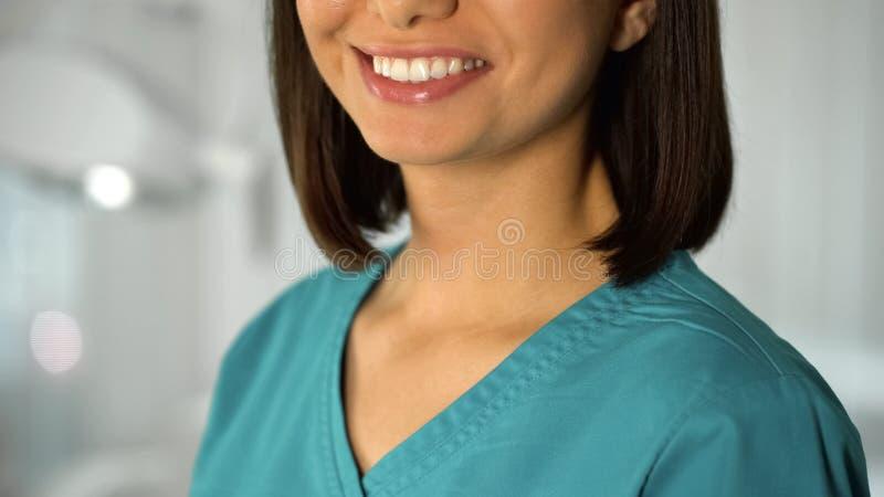 Cosmetologist agradable de la señora que presenta para la cámara, cuidado facial profesional, belleza fotos de archivo libres de regalías