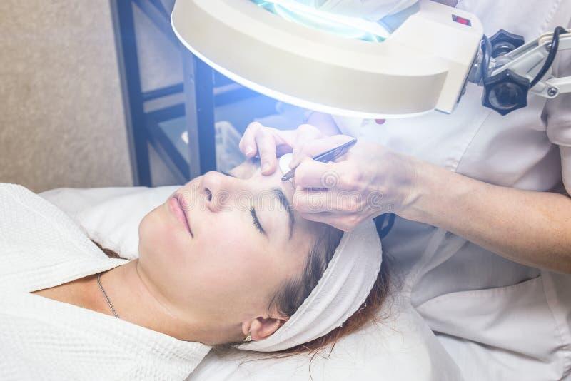 Cosmetologist avec la patiente de jeune femme dans la clinique Procédure de épluchage et de nettoyage pour le rajeunissement faci photo libre de droits