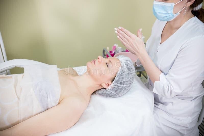 Cosmetologist bereidt het gezicht van de cliënt voor kosmetische procedure van mesotherapy voor royalty-vrije stock fotografie