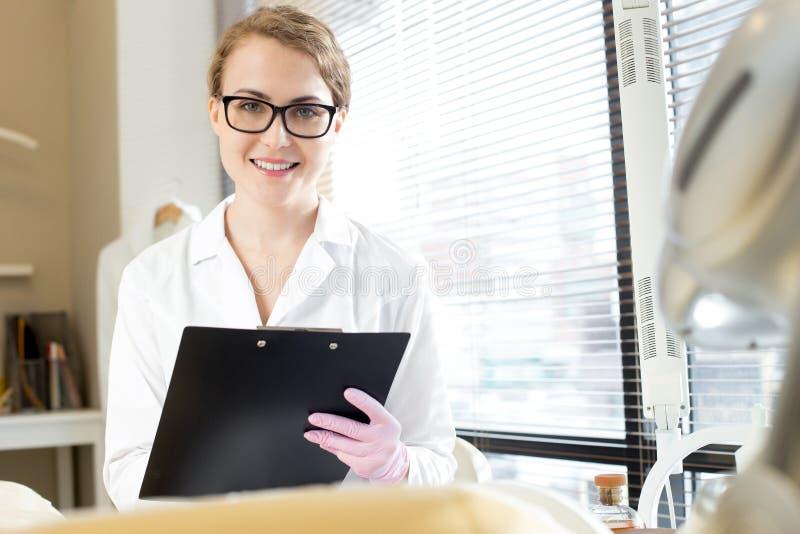 Cosmetologist de sorriso Holding Clipboard imagem de stock royalty free
