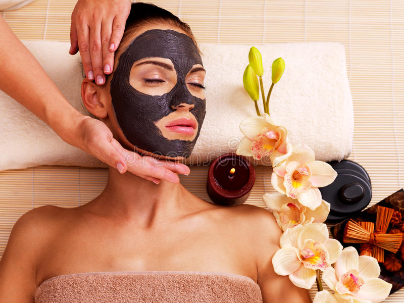 Cosmetologist, der Massage auf dem woman& x27 tut; s-Gesicht im Saftsalon lizenzfreie stockfotos