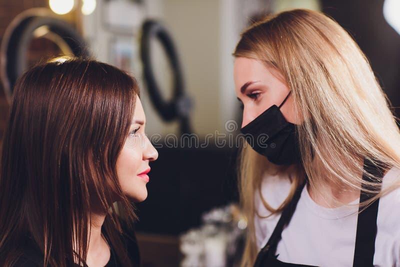 Cosmetologist die wenkbrauwenontwerp maken Aantrekkelijke vrouw die gezichtszorg krijgen bij schoonheidssalon Perfecte Architectu royalty-vrije stock fotografie