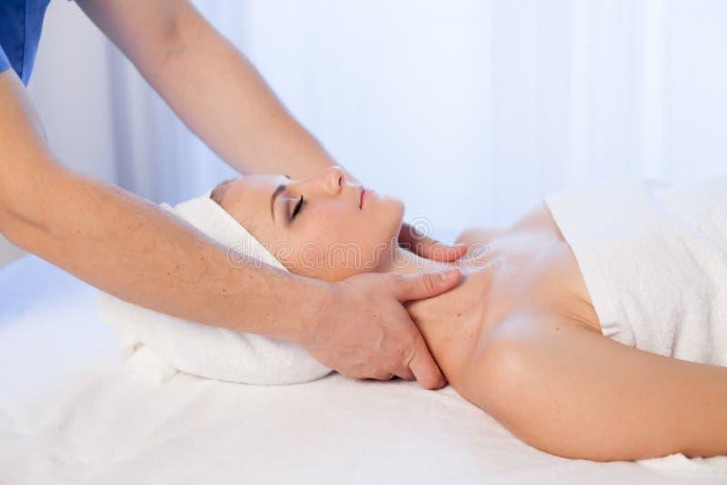Cosmetologist do doutor que faz termas faciais da menina da massagem imagem de stock