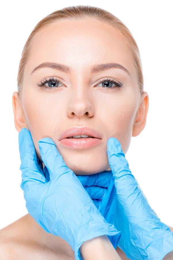 Cosmetologist egzamininuje podbródek pacjent zdjęcia royalty free