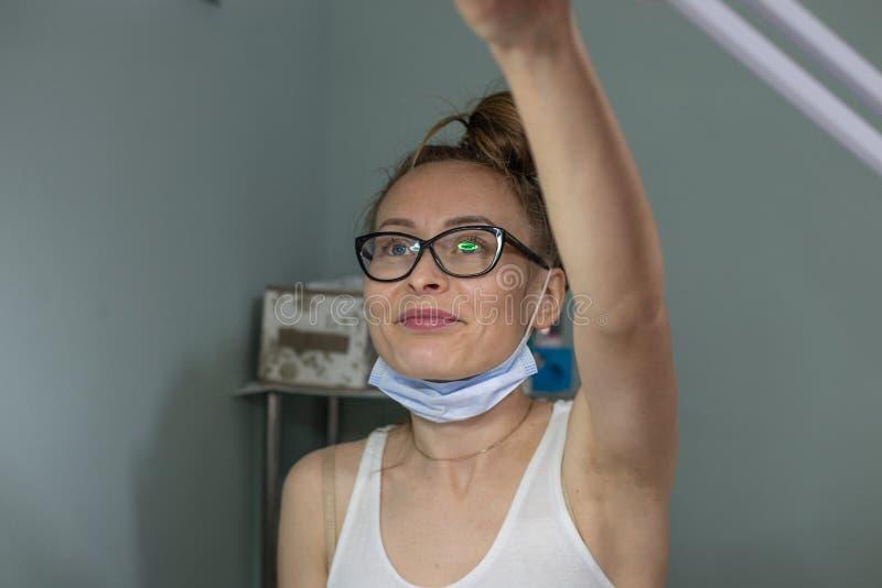 Cosmetologist an ihrem Hauptbadekurortsalon lizenzfreies stockfoto