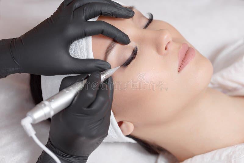 cosmetologist makeup που κάνει μόνιμο στοκ φωτογραφία