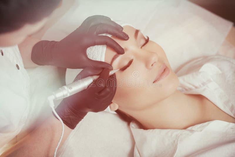 cosmetologist makeup που κάνει μόνιμο στοκ εικόνα