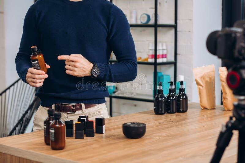 Cosmetologist pokazuje przy butelką z syropem zdjęcie royalty free