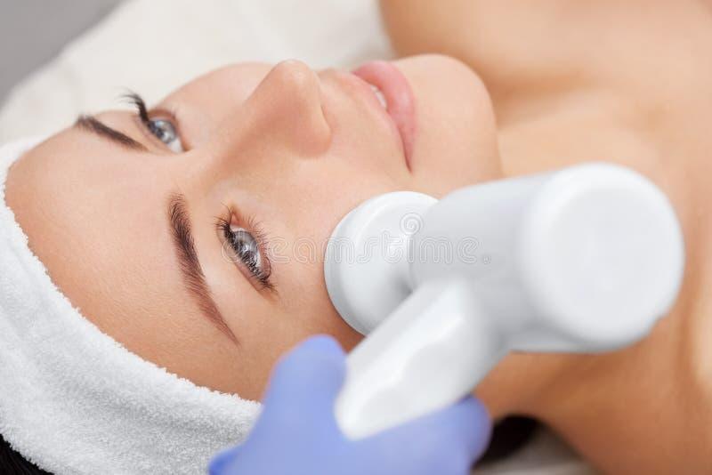 Cosmetologist robi aparatowi procedurze narzędzia twarzy cleaning z miękkim płodozmiennym muśnięciem zdjęcie stock