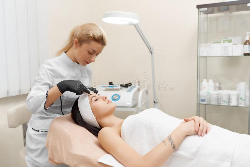 Cosmetologist robi procedury narzędzia kosmetologii obraz royalty free