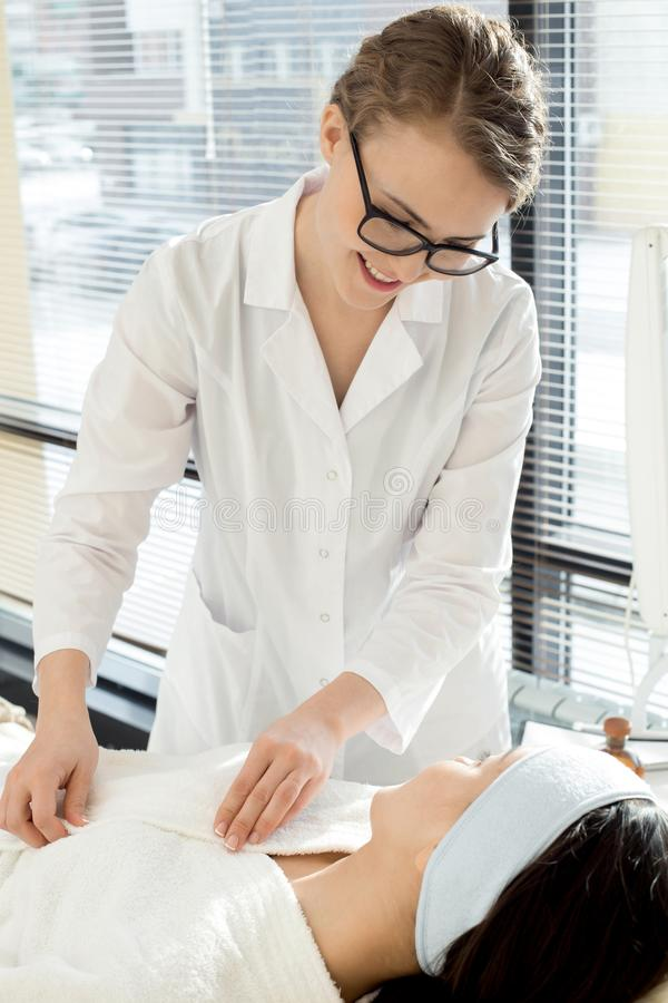 Cosmetologist Talking aan Cliënt royalty-vrije stock foto