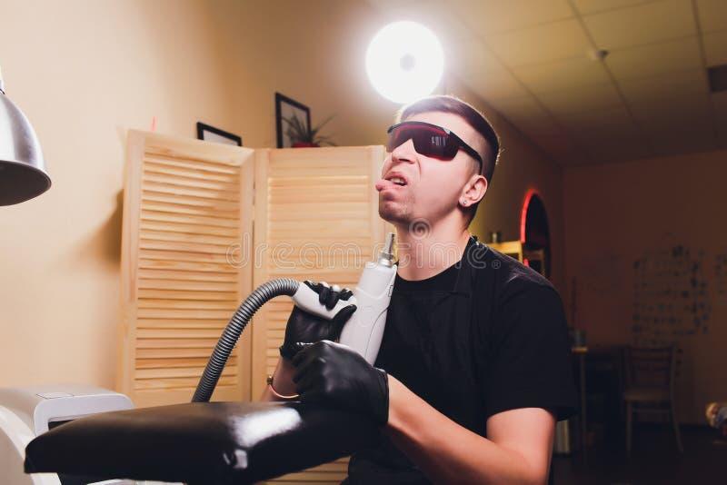 Cosmetologist tatuażu usunięcia fachowy laser w salonie obrazy stock
