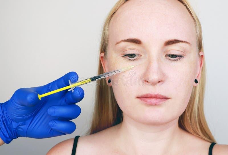 Cosmetologist wynosi procedurę - zastrzyk w twarz młoda kobieta Piękno zastrzyki hyalurowi, mesotherapy, obraz royalty free