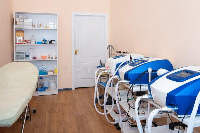 Cosmetologistkabinett in der modernen kosmetischen Klinik Laser-Cosmetology, Dermatologie Haar entfernen Laser-Behandlung medizin stockfotografie