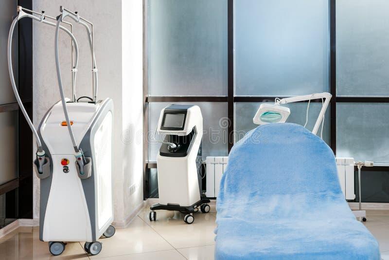 Cosmetologistkabinett mit Massagetabelle im modernen Schönheitssaal Medizinischer Kabinettinnenraum lizenzfreie stockfotos