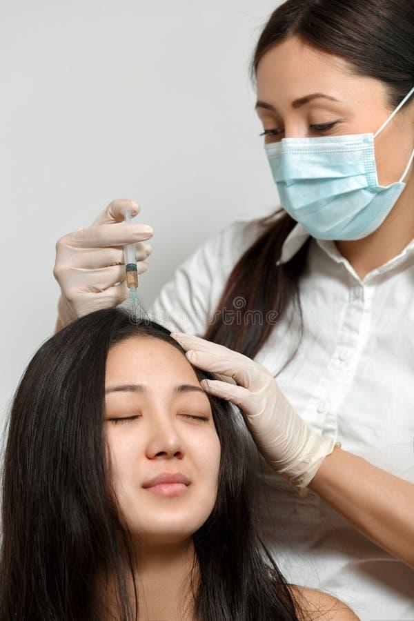 Cosmetologistprocedure van mesotherapy royalty-vrije stock afbeeldingen