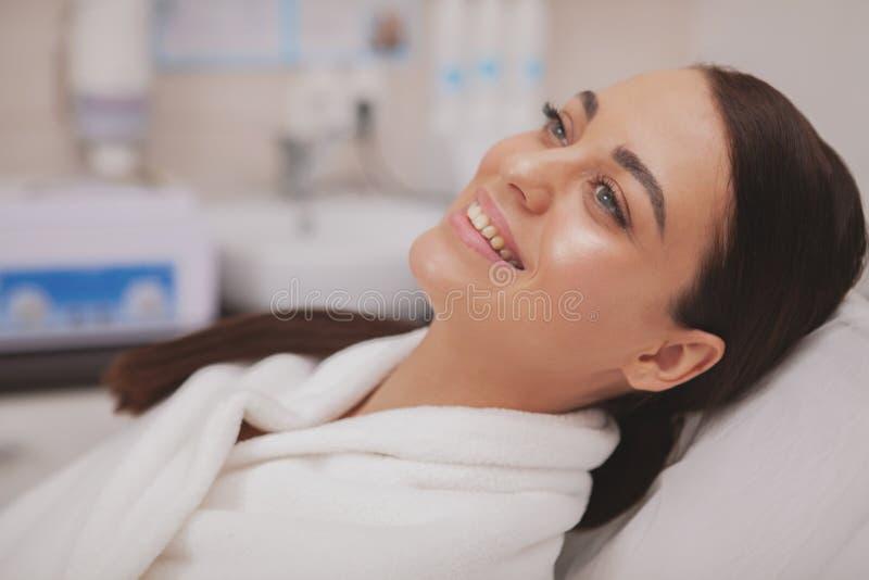 Cosmetologo di visita della giovane donna adorabile alla clinica di bellezza immagine stock libera da diritti