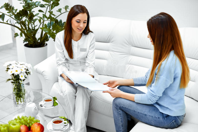 cosmetology Ασθενής γυναικών που διοργανώνει τις διαβουλεύσεις στην ιατρική κλινική στοκ εικόνα