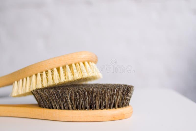 Cosmetology, καλλωπισμός, SPA, ομορφιά, cellulite και έννοια μπικινιών κλείστε επάνω δύο ξύλινες μαλακές βούρτσες μασάζ για το σώ στοκ φωτογραφίες με δικαίωμα ελεύθερης χρήσης