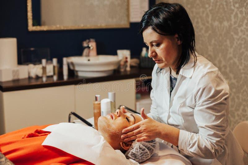 cosmetology Женщина имеет лицевой щиток гермошлема в шкафе косметологии стоковые изображения rf