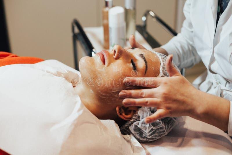 cosmetology Женщина имеет лицевой щиток гермошлема в шкафе косметологии стоковые изображения