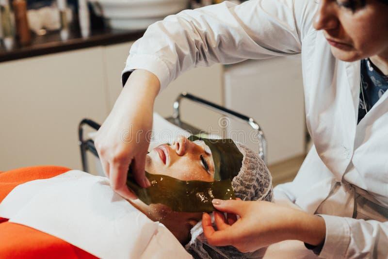 cosmetology Лицевой щиток гермошлема водорослей Женщина на обруче морской водоросли стоковая фотография rf