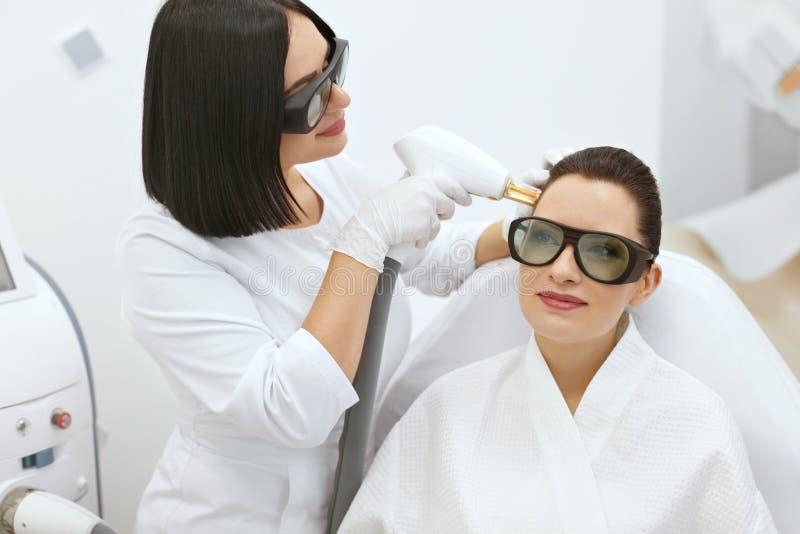 cosmetology Donna al trattamento di stimolazione del laser di crescita dei capelli fotografie stock libere da diritti