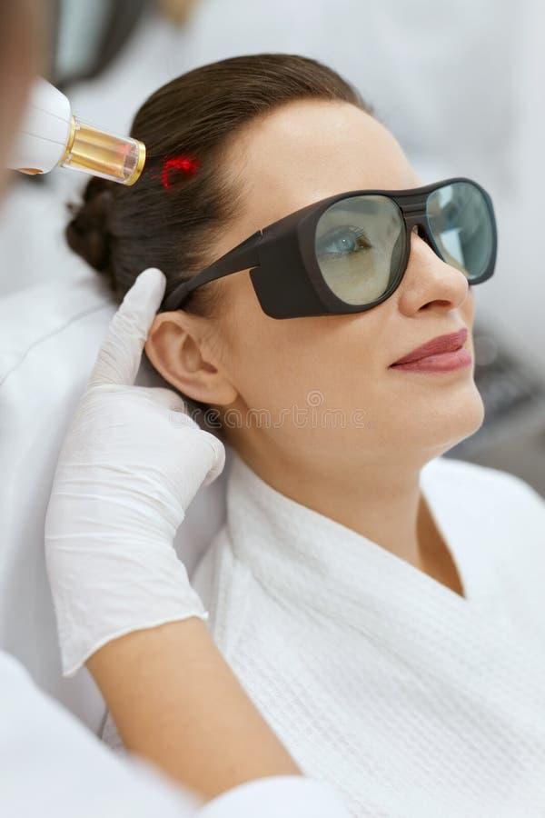 cosmetology Donna al trattamento di stimolazione del laser di crescita dei capelli fotografia stock libera da diritti