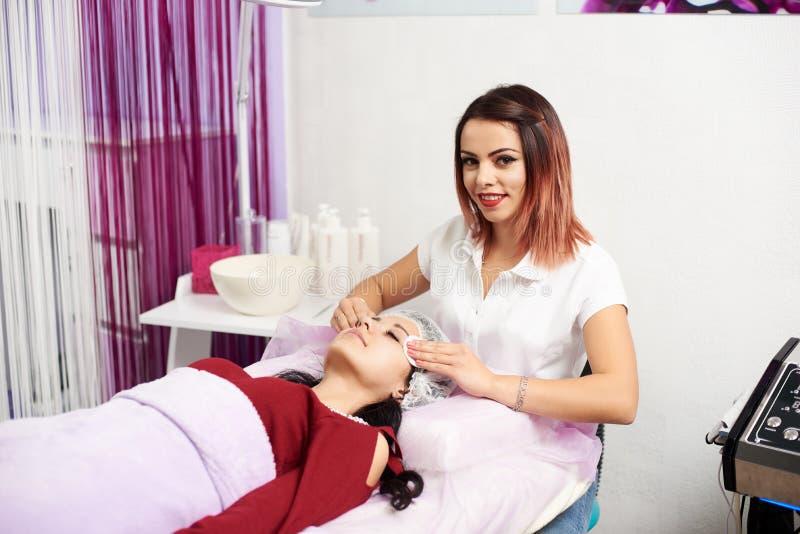 cosmetology Het kosmetische procedures Mechanische schoonmaken van het gezicht royalty-vrije stock afbeelding