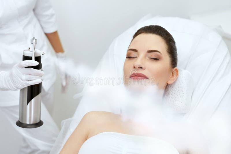 cosmetology Mulher no oxigênio facial Cryotherapy no centro da beleza imagem de stock