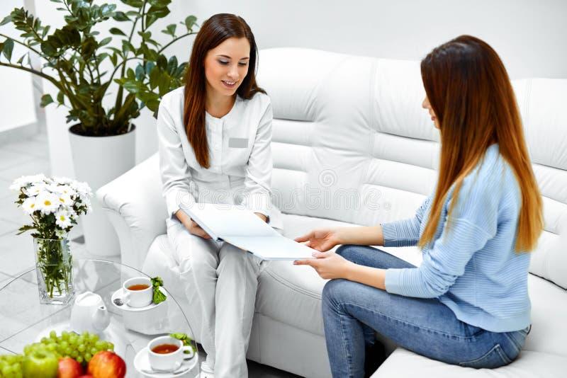 cosmetology Paziente della donna che ha consultazione in clinica medica immagine stock