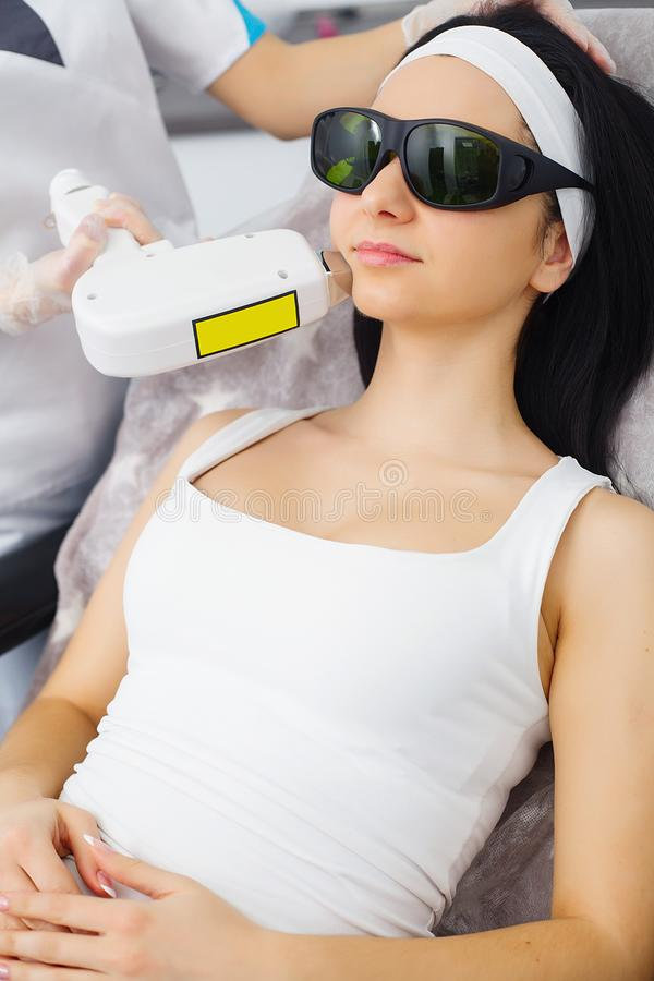 cosmetology Procedura di Microdermabrasion Sfaldamento meccanico, lucidatura del diamante Modello e medico Clinica di Cosmetologi fotografia stock libera da diritti