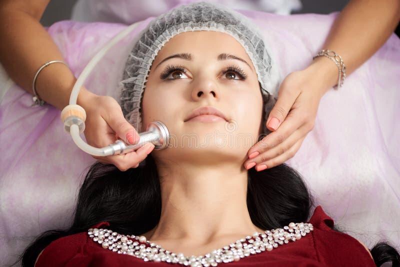 Cosmetology- und Hautpflegeprogramm Weiblicher Patient hat ein Verfahren von microdermabrasion in einem Schönheitssalon stockfotografie