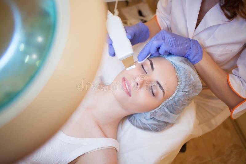 Cosmetologydoktorn gör tillvägagångssättet en kvinna att vända mot lokalvård arkivfoton