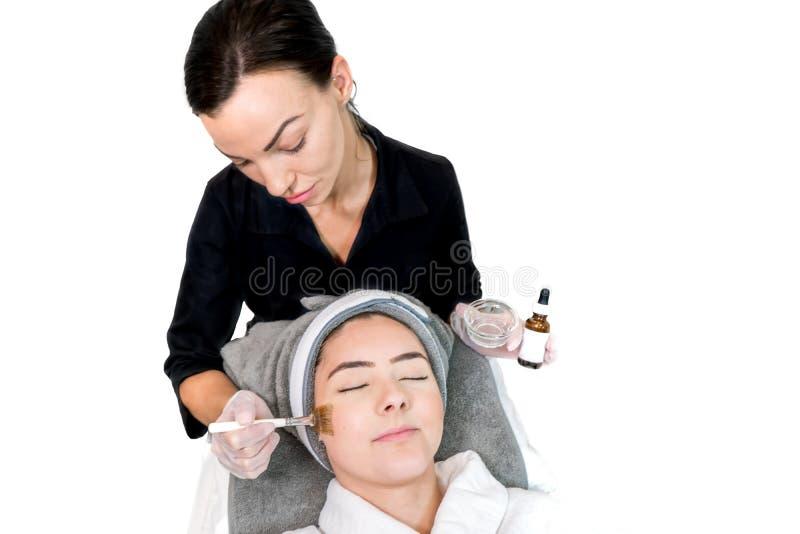 Cosmetoloog die chemisch schillen toedient aan patiënten in een schoonheidsspa, voor huidverjonging, complexvorming en acne schoo stock fotografie