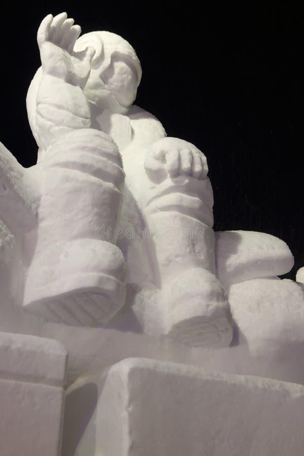 Cosmonauta na noite, gelo da escultura imagens de stock