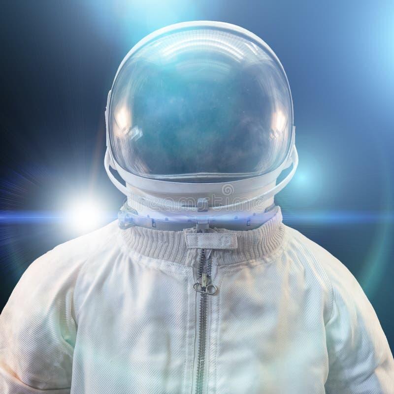 Cosmonauta ou astronauta ou terno e capacete do astronauta com luzes azuis abstratas futuristas no fundo preto, fim acima foto de stock