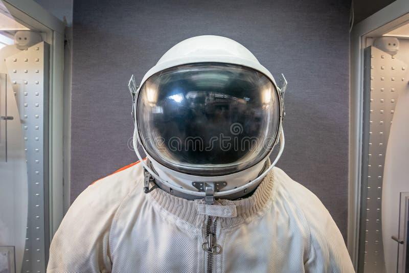 Cosmonauta ou astronauta ou terno e capacete soviéticos do astronauta fotos de stock royalty free