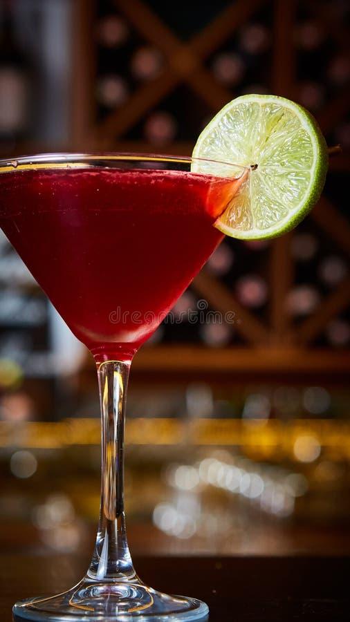 Cosmopolite - cocktail alcoolique fait à partir de la vodka, du cointreau, du jus de limette et du jus de canneberge photo stock